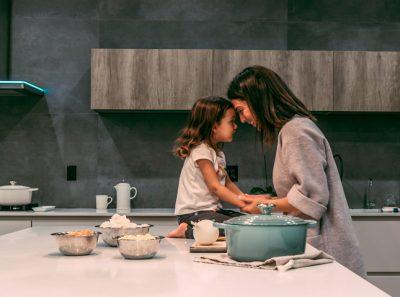 Madre e hija en encimera de cocina